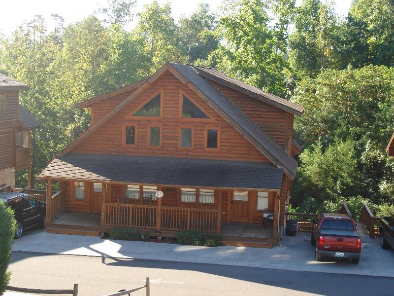 Big bear316 in pigeon forge rentivo for Big bear retreat cabins